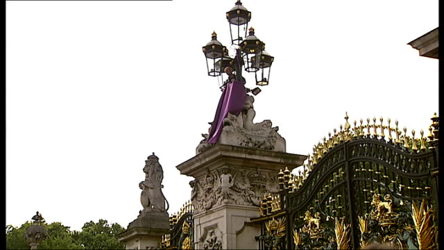 fathers 4 justice protest at buckingham palace; england: london: buckingham palace: ext guards brass band marching outside buckingham palace sot low... - top of the pops stock videos & royalty-free footage