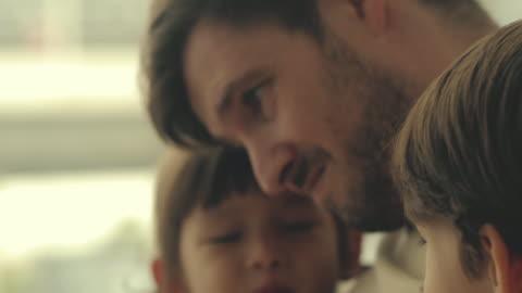 stockvideo's en b-roll-footage met vaderdag : familierelatie - fluisteren