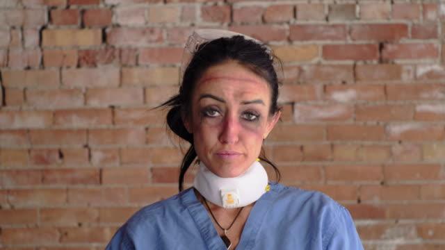 vídeos y material grabado en eventos de stock de trabajador sanitario fatigado - herida