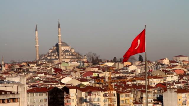 vidéos et rushes de fatih mosquée et drapeau turc à istanbul - drapeau turc