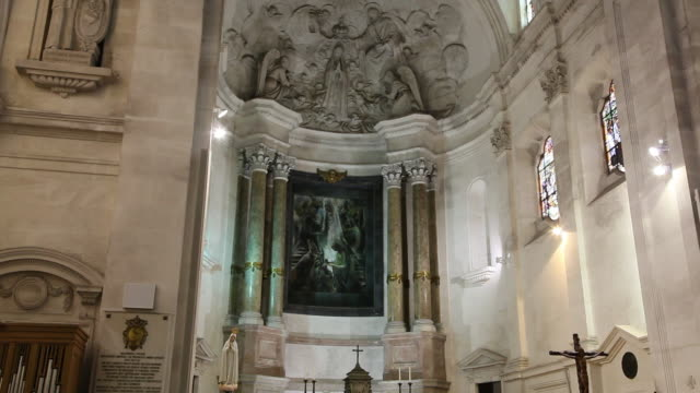 fatima, sanctuary of our lady of fatima, interior of the basilica - 宗教上のシンボル点の映像素材/bロール