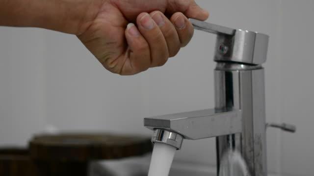 vídeos de stock, filmes e b-roll de torneira - domestic bathroom
