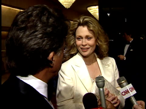 vídeos de stock, filmes e b-roll de faye dunaway and dustin hoffman talks to reporter about favorite jack nicholson film on red carpet - american film institute