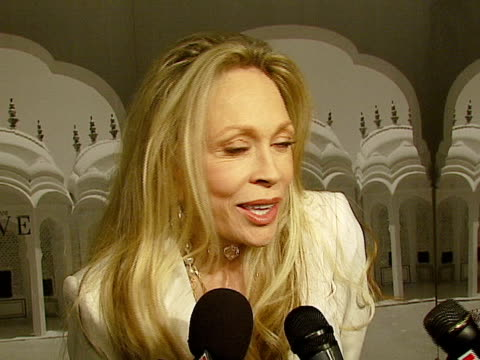 vidéos et rushes de faye dunaway at the giorgio armani celebrates 'the oscars' with exclusive prive show at beverly hills california. - exclusivité