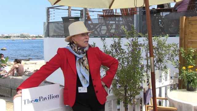 faye dunaway poses for photogrphers at the american pavilion n cannes 05/18/11 - faye dunaway stock videos and b-roll footage