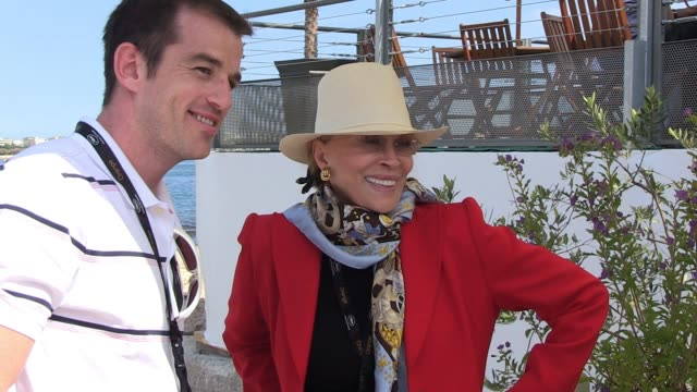 faye dunaway poses with friends and family at the american pavilion n cannes 05/18/11 - faye dunaway stock videos and b-roll footage