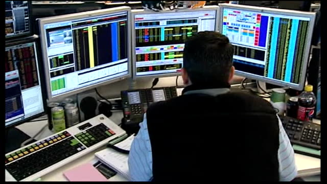 vidéos et rushes de billions of pounds wiped off stock markets new york financial traders working at computers computer showing falling index figures close up of new... - bourse de new york