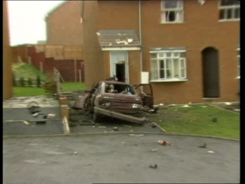 vidéos et rushes de fears that the ira is planning to escalate terror campaign; tx 22.12.87 county antrim: near lisburn: lms bomb-wrecked car in which john mcmichael... - irlande du nord