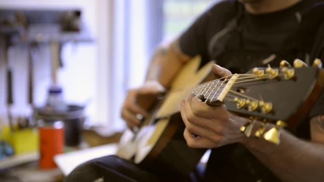 vídeos y material grabado en eventos de stock de craftsman 'luthier' nigel foster making hand made guitars - noreste de inglaterra