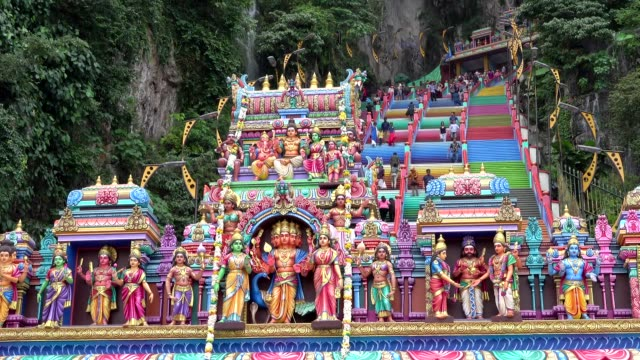 vidéos et rushes de featuring hundreds of tourists and visitors. batu caves is a limestone hill that has a series of caves and cave temples in gombak, selangor,... - malaysian culture