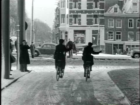 vídeos de stock, filmes e b-roll de february 1955 b/w the first day on the streets for policewomen in amsterdam, they receive instructions, regulate the traffic, and patrol the streets / amsterdam, netherlands - países baixos