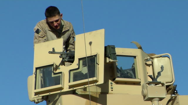 february 2009 soldiers positioning gun at armored vehicle / kabul, afghanistan - provinz helmand stock-videos und b-roll-filmmaterial