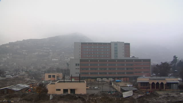 february 2009 ws view of cityscape with mountain in background / kabul afghanistan - kabul stock-videos und b-roll-filmmaterial