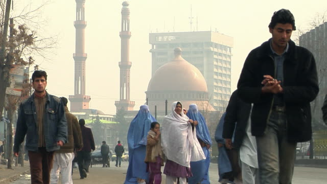 vidéos et rushes de february 2009 view of traffic on street with mosque in background / kabul, afghanistan - afghanistan