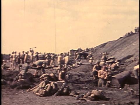 february 23, 1945 soldiers digging / iwo jima, japan - battaglia di iwo jima video stock e b–roll