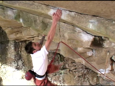 stockvideo's en b-roll-footage met february 25 2009 montage a climber sport climbing a large rock wall / foster falls tennessee united states - blootvoets