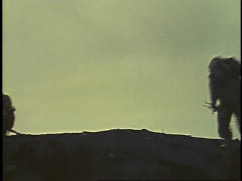 february 26, 1945 soldiers running over a hill / iwo jima, japan - battaglia di iwo jima video stock e b–roll