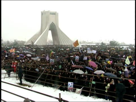vidéos et rushes de february 28, 2001 crowd before the azadi tower at the beginning of ashura / tehran, iran - tour d'azadi