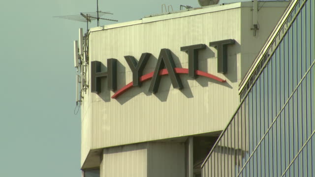 stockvideo's en b-roll-footage met february 29 2008 la exterior and sign on the hyatt hotel / baltimore maryland united states - hyatt