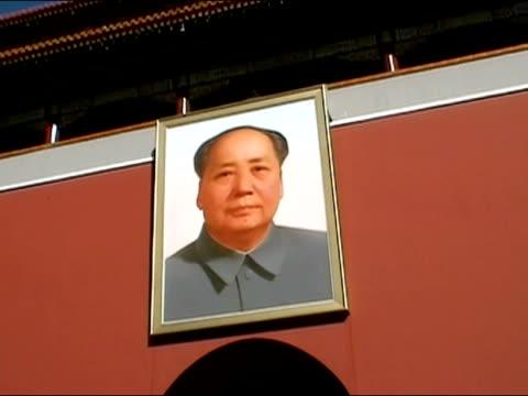 vidéos et rushes de february 4, 2002 low angle shot of portrait of mao zedong hanging over gate at tiananmen square / beijing, china - porte de la paix céleste