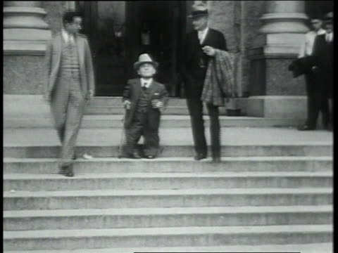 vidéos et rushes de february 5, 1931 ls small man with cane walking with others out of building and shaking hands with others / austin, texas, united states - 1931
