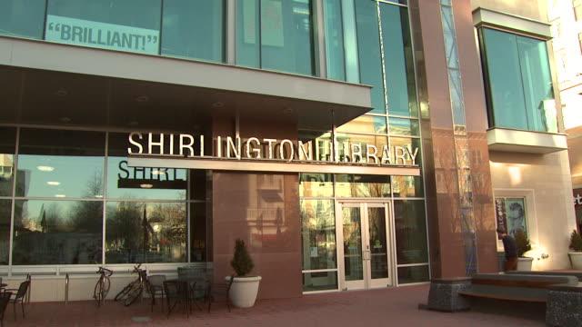 vidéos et rushes de february 6 2009 ws shirlington library entrance / arlington virginia united states - indication de direction