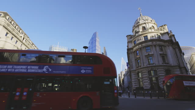 february lockdown city of london - double decker bus stock videos & royalty-free footage
