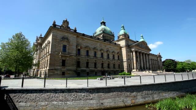 bundesverwaltungsgericht in leipzig - 2 bilder - gerichtsgebäude stock-videos und b-roll-filmmaterial