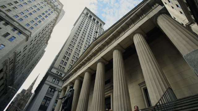 federal hall nyc - low angle view video stock e b–roll
