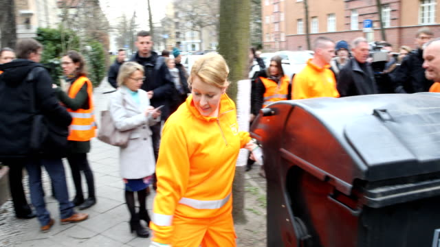 federal minister franziska giffey in orange workwear of the bsr helps with waste disposal as a garbage worker visit of the first network meeting of... - internationaler frauentag stock-videos und b-roll-filmmaterial