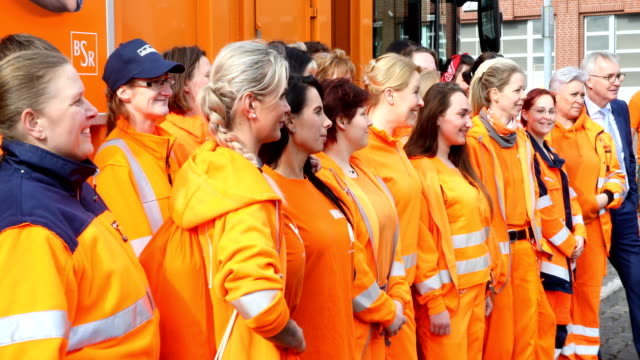 federal minister franziska giffey in orange workwear of the bsr together with female garbage collectors at the depot visit of the first network... - internationaler frauentag stock-videos und b-roll-filmmaterial