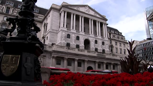 federal reserve raises interest rates for the first time in nine and a half years; t06081503 / england: london: low angle view bank of england with... - 低い点の映像素材/bロール