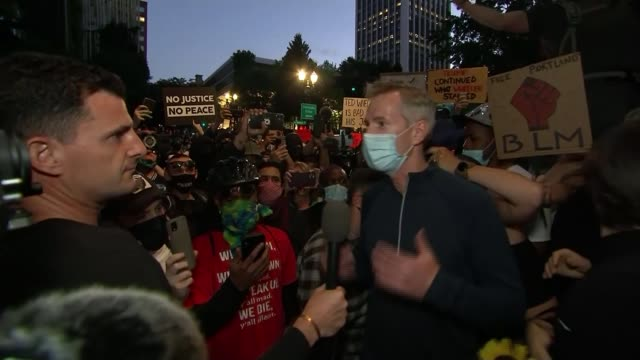 vidéos et rushes de federal troops sent into more cities as trump campaign focuses on 'law and order'; usa: oregon: portland: ext / night ted wheeler interview sot. - portland oregon