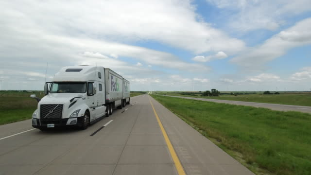 fedex truck on interstate in america amid the 2020 global coronavirus pandemic - pursuit concept stock videos & royalty-free footage