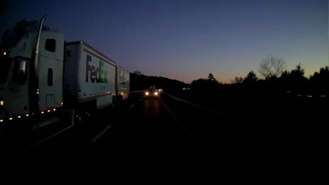 vídeos de stock, filmes e b-roll de fedex truck on the road - farol luz de veículo