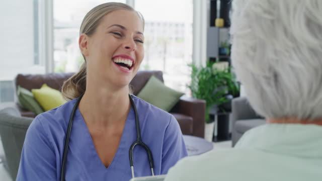 vidéos et rushes de commentaires avec un sourire va un long chemin - visite à domicile