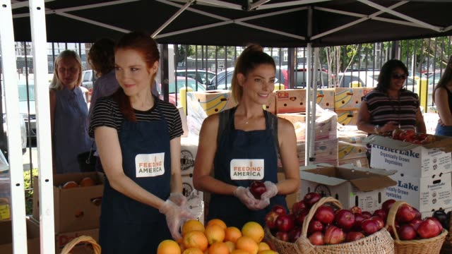 """clean feeding america and the la regional food bank team up for """"put the heat on hunger"""" at para los niños charter elementary in los angeles ca - niños stock videos & royalty-free footage"""