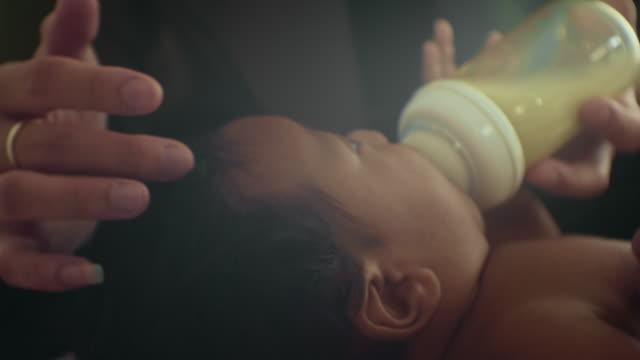 彼女の赤ちゃんを養う - 粉ミルク点の映像素材/bロール