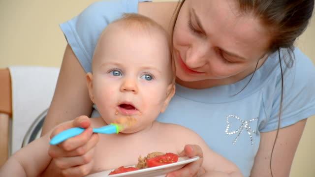 vídeos y material grabado en eventos de stock de alimentación de 9 meses de edad bebé - comida de bebé