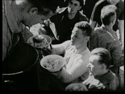 vidéos et rushes de feeding the troops / soldiers eating food - bombardement