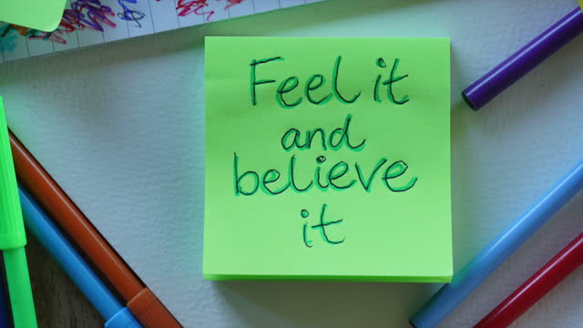 「それを感じ、それを信じる」肯定ノート - 褒美点の映像素材/bロール