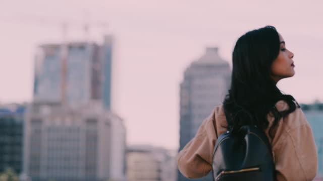 vídeos y material grabado en eventos de stock de siente que el aire fresco de la noche - mochila bolsa