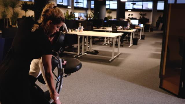 vídeos de stock e filmes b-roll de i feel that you are so tense, you must be overworked - dor no pescoço