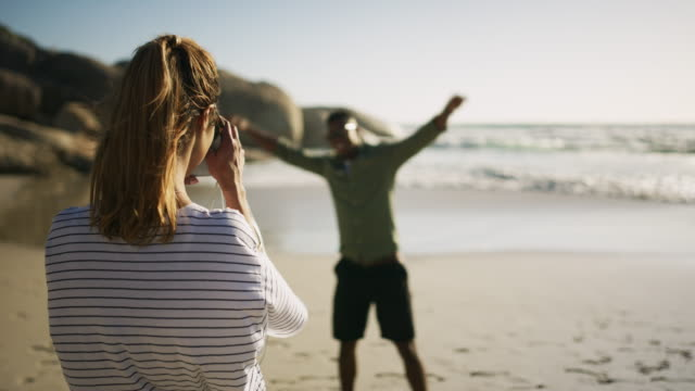 vidéos et rushes de se sentant sans soucis au bord de la mer - activités de week end