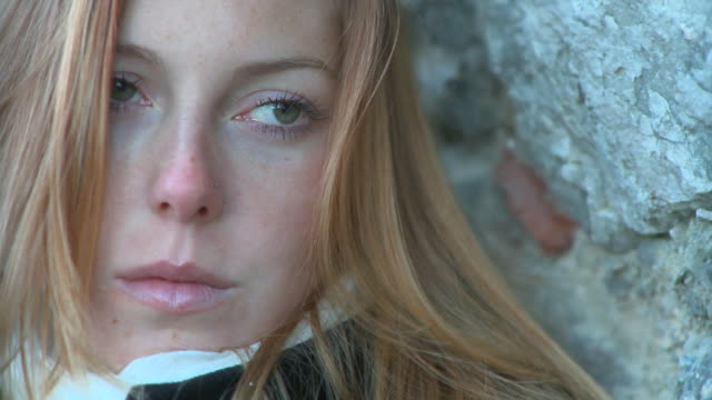 stockvideo's en b-roll-footage met hd: feeling down - treuren