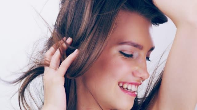 素敵な髪型と幻想的な感じ - 美しい女性点の映像素材/bロール