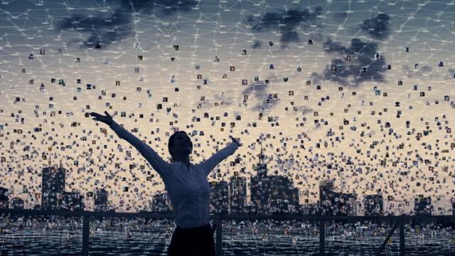 vídeos de stock, filmes e b-roll de sentindo liberdade - conceito global de networking. conexões de rosca - grupo grande de pessoas