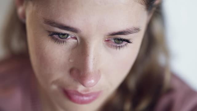 sich verletzt und herzzerreißend fühlen - trauer stock-videos und b-roll-filmmaterial