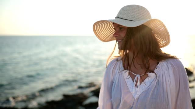 lächelnde Frau mit Sonnenhut