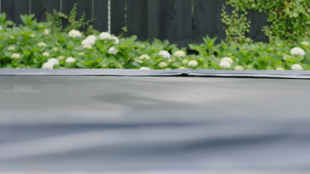 stockvideo's en b-roll-footage met feet bouncing on trampoline - trampoline